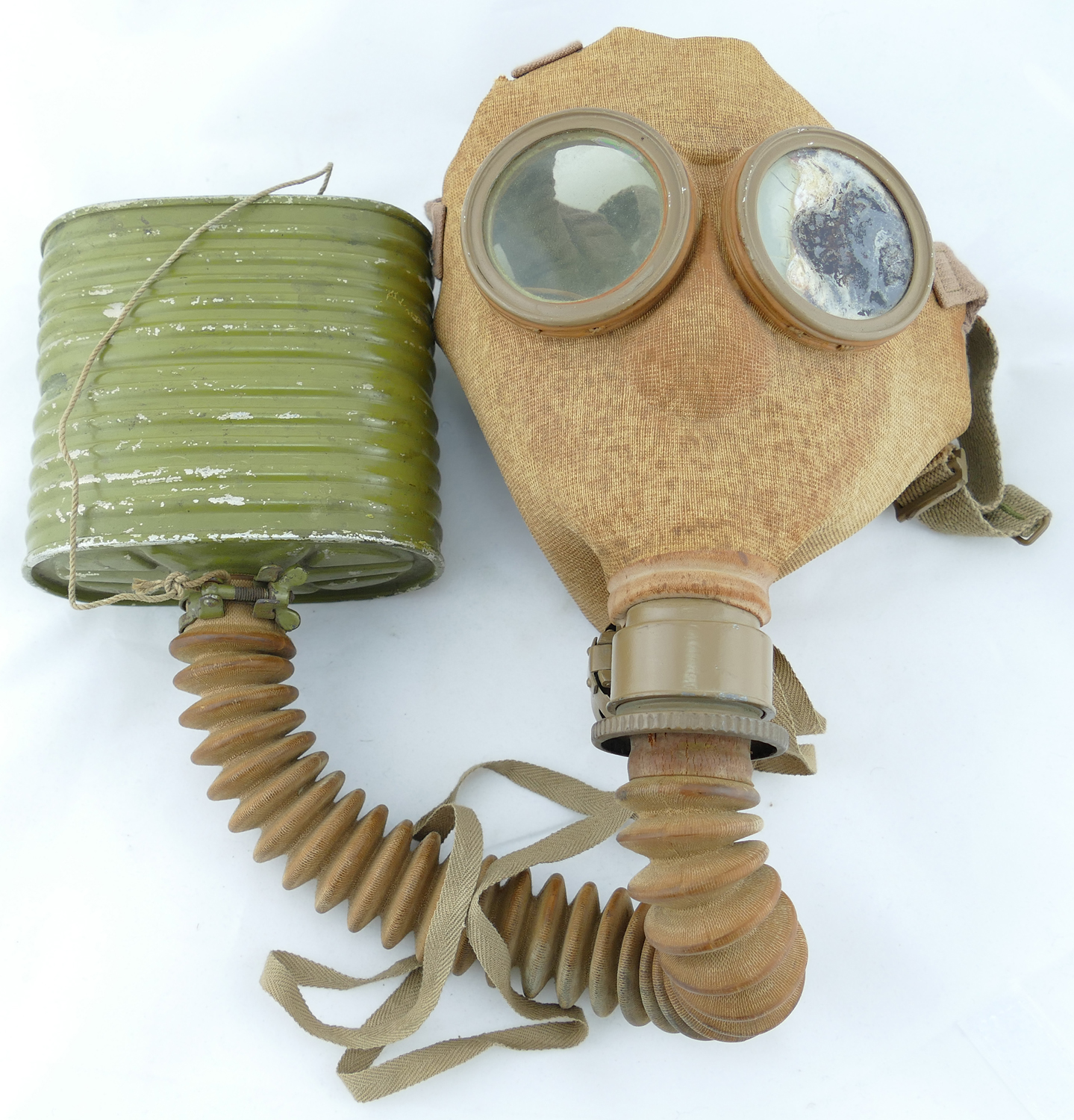 japanese_WW2_gas_mask_1943_issue_with_pouch