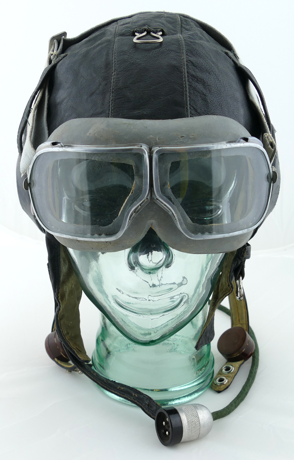 soviet_WWII_leather_flight_helmet_with_goggles
